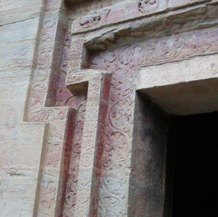 石窟の入口を飾るパルメット